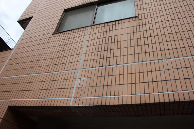 マンション外壁の磁器タイルをクリア塗装