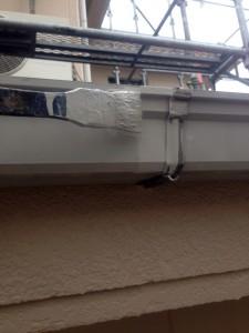 上尾市(屋根塗装、外壁塗装、ベランダ防水塗装、塀塗装工事)で、横樋塗装と、霧除塗装