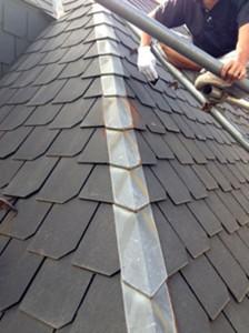 さいたま市中央区、屋根塗装、外壁塗装、ベランダ防水工事、屋根板金のケレンと錆止め