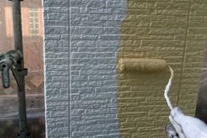さいたま市南区、KA様邸で外壁の中塗が半分程度まで進捗しました。破風・鼻隠は、隙間補修等にかなり手間が掛かりましたが、塗装はスムースに進みました。横樋の塗装も完了です。