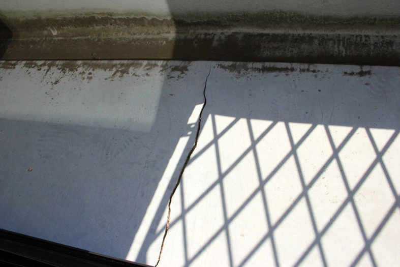 割れたFRP防水のベランダをFRPで補修