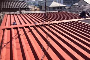 さいたま市見沼区のY様邸で屋根の錆止め塗装が完了し、中塗へと進みました。