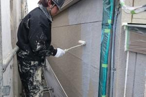 さいたま市中央区のSA様邸で養生と軒天塗装、2階の外壁のシーラー塗装