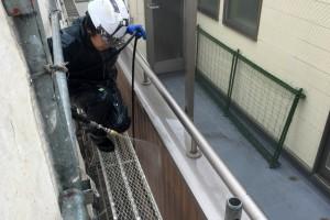 蓮田市のK様邸で外壁塗装と屋根塗装のための高圧洗浄