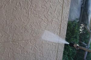 上尾市のH様邸で外壁塗装と屋根塗装のための高圧洗浄