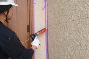 上尾市のH様邸で外壁塗装の前のコーキングと屋根塗装のための補修
