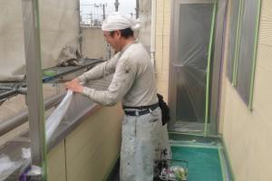 蓮田市のK様邸で外壁塗装のための養生の続き