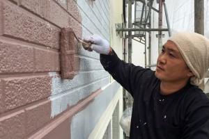 さいたま市桜区、M様邸で外壁塗装の上塗と中塗