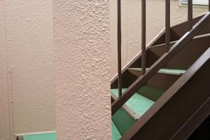 さいたま市西区、S様の複合ビルで外壁塗装と階段の鉄部塗装が完了