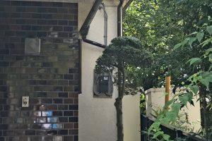 さいたま市西区、K様邸の屋根塗装、外壁塗装に先立ち電気メーター板の取外し
