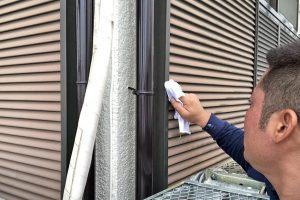 さいたま市西区、K様邸で外壁塗装の塗料撥ね清掃