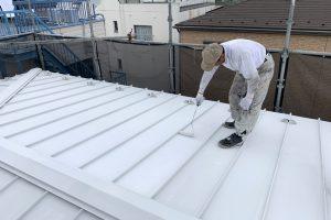 H様邸でガルバリウム製の屋根と庇の上塗を株式会社日進産業の断熱塗料ガイナで