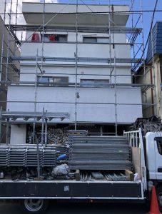 さいたま市見沼区、Sアパートの屋根塗装と外壁塗装が着工