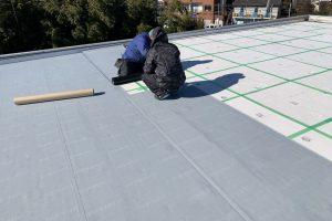 さいたま市桜区、Nアパートで屋上防水のための通気緩衝シート張りが完了