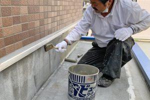 さいたま市南区、Y病院で2階バルコニーと玄関庇の防水工程に着手